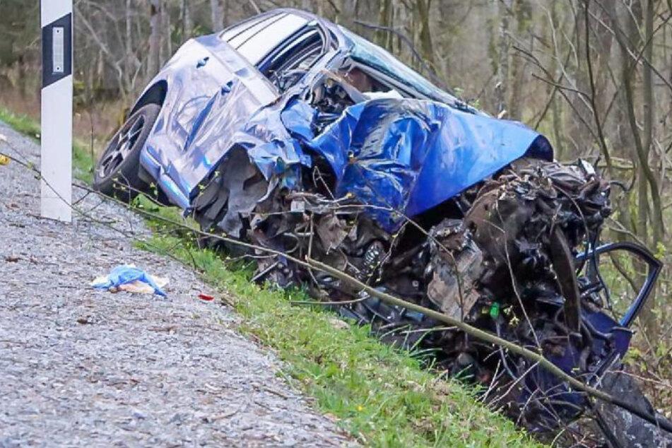 Tödlicher Unfall: Mann verliert Kontrolle über Skoda und kracht gegen Bäume