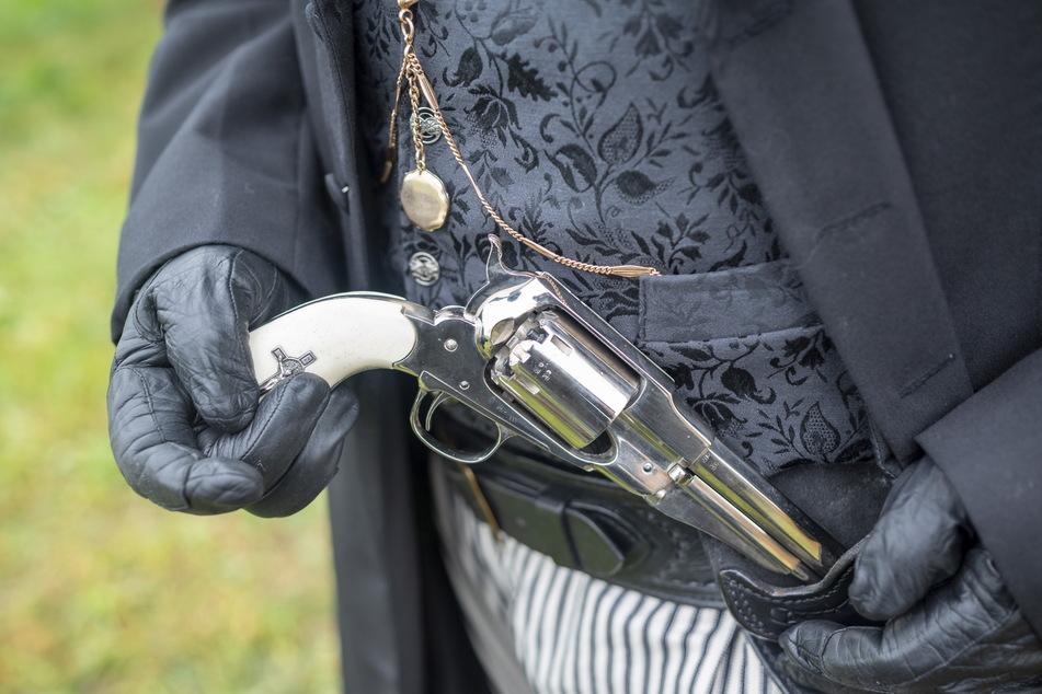 Stilecht: Kostüme und Revolver helfen den Schauspielern, sich in ihre Rolle hineinzuversetzen.
