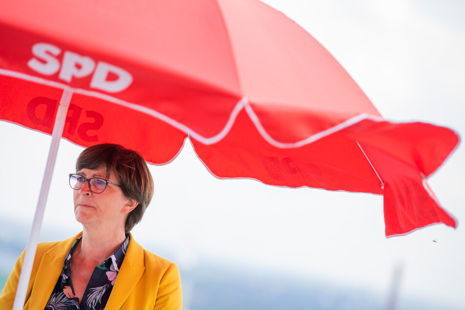 Nordrhein-Westfalen, Bottrop: Saskia Esken, Parteivorsitzende der SPD, steht während ihrer Sommerreise unter einem Schirm auf der Halde der Schachtanlage Prosper mit der Landmarke Tetraeder.