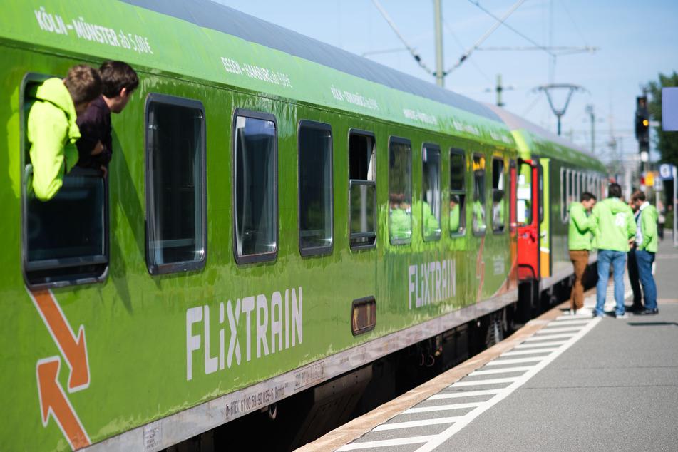 Ein Flixtrain hält auf der Verbindung Berlin - Köln im Hauptbahnhof Hannover.