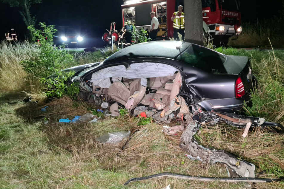 Die Fahrerseite des Skoda wurde bei dem Unfall regelrecht aufgeschlitzt.