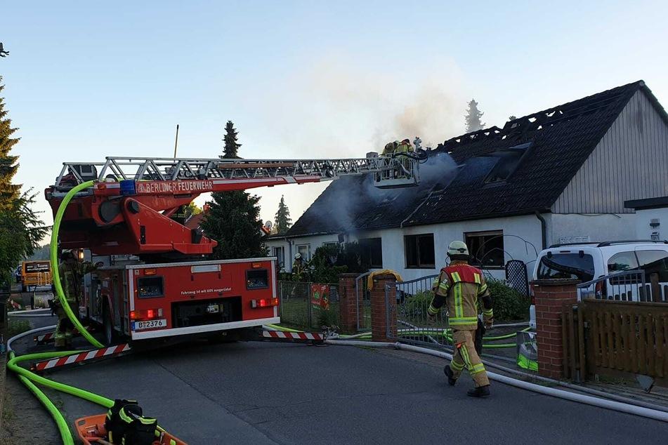 Die Feuerwehr ist vor Ort, um den Brand zu löschen.