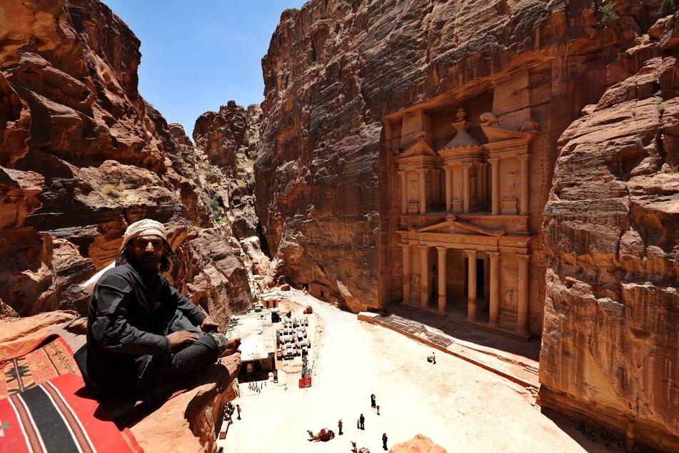 Touristen besuchen die archäologische Stätte Petra in der südwestlichen jordanischen Wüste.