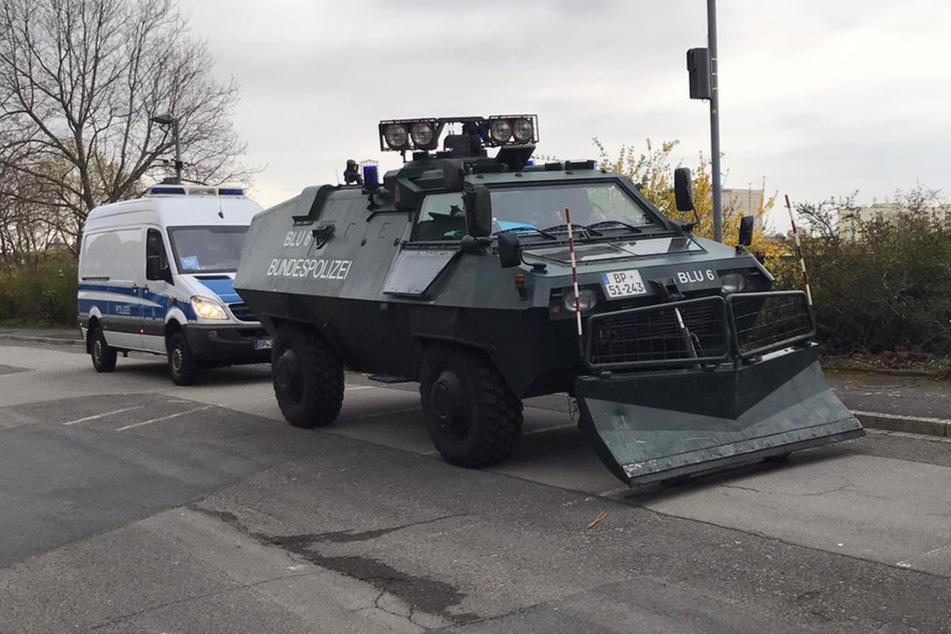 Schweres Gerät fährt die Polizei auf...