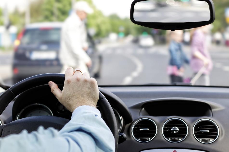 Fußgänger gehen zu langsam über die Straße, da schlägt ein Autofahrer zu!