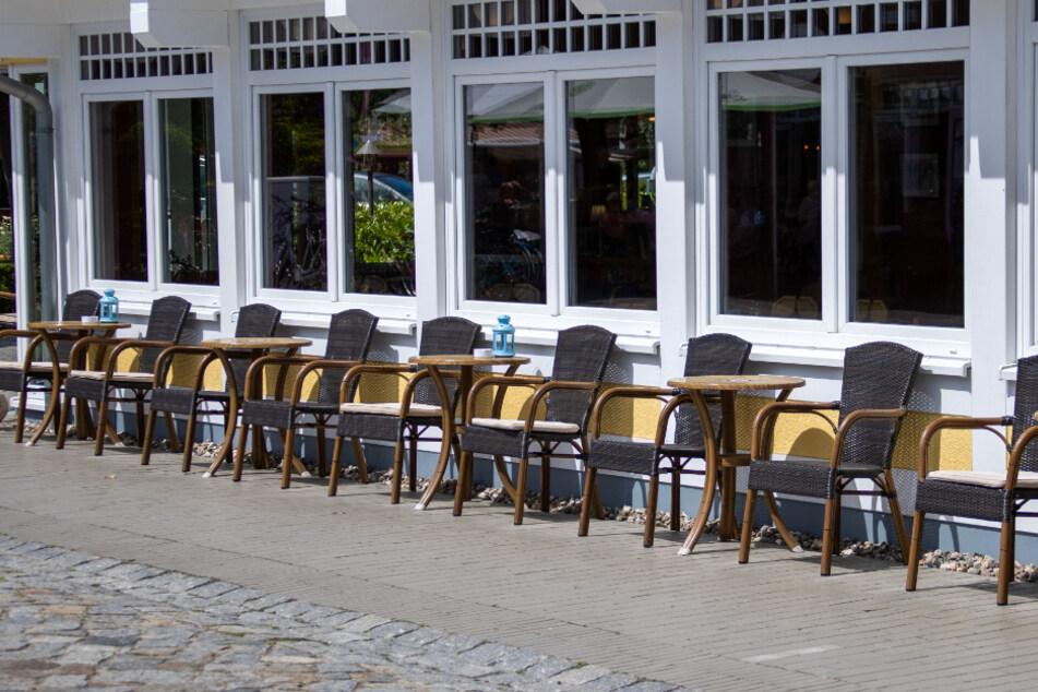 Leere Stühle in den als Corona-Schutzmaßnahme vorgeschriebenen Sicherheitsabständen stehen vor einem Restaurant.