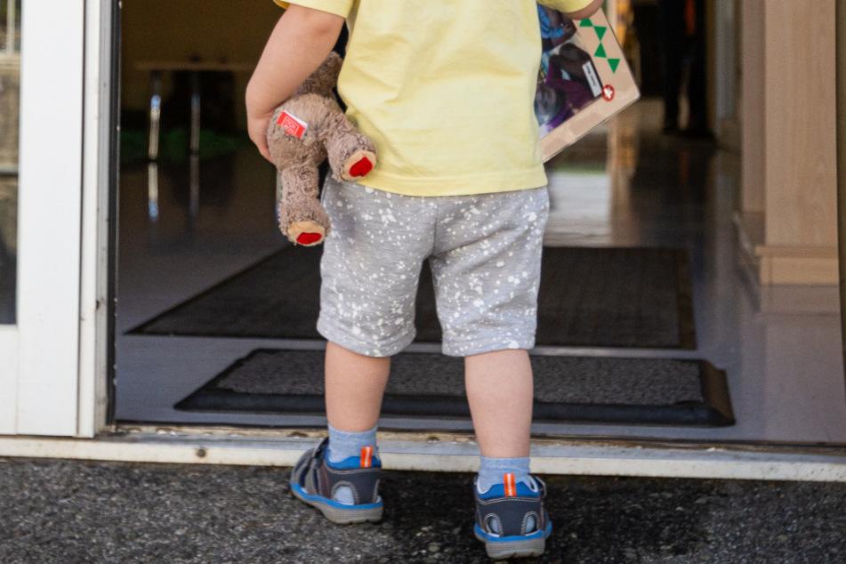 Besonders lerneifrig: Dreijähriger Knirps geht allein zur Schule