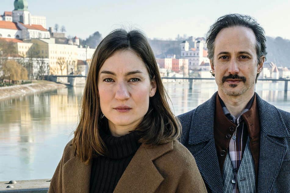 """Marie Leuenberger (40, als Frederike Bader) und Michael Ostrowski (47, als Ferdinand Zankl) in einer Szene von """"Freund oder Feind. Ein Krimi aus Passau""""."""