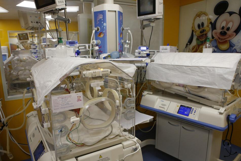 Ein Inkubator auf der Entbindungsstation beherbergt eines der Neunlinge.