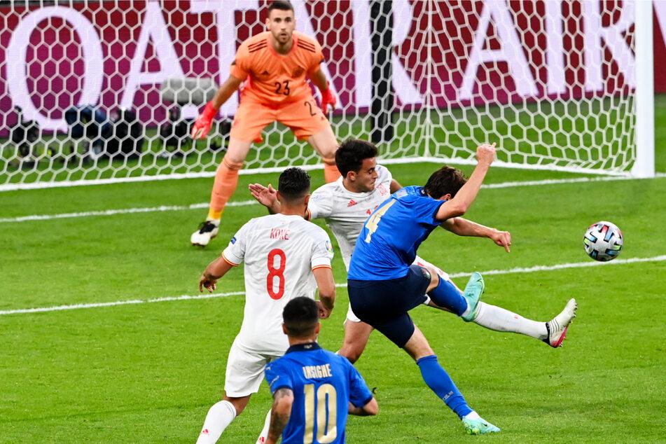 Federico Chiesa (23, r.) erzielte bei dieser Europameisterschaft zwei Tore in sechs Einsätzen. Gegen Österreich im Achtelfinale und hier gegen Spanien im Halbfinale brachte er Italien jeweils in Führung.