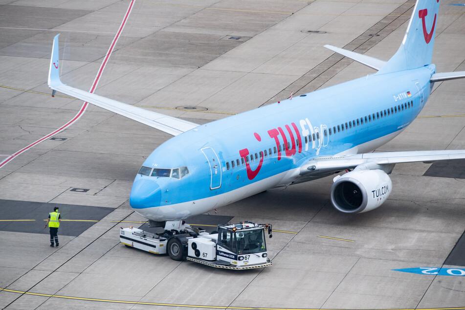 Ein Tui-Flugzeug wird für den Flug X3 2312 nach Mallorca auf dem Vorfeld des Düsseldorfer Flughafens aus der Parkposition geschoben.
