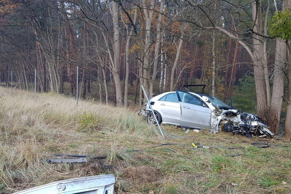 Mercedes von der A2 in Graben geschleudert: Fahrer (53) stirbt im Krankenhaus