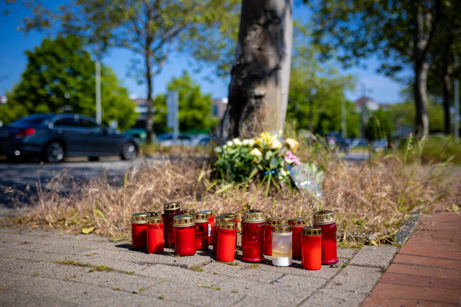 Grabkerzen und Blumen stehen an der Kreuzung, auf der es zu dem tödlichen Streit kam.