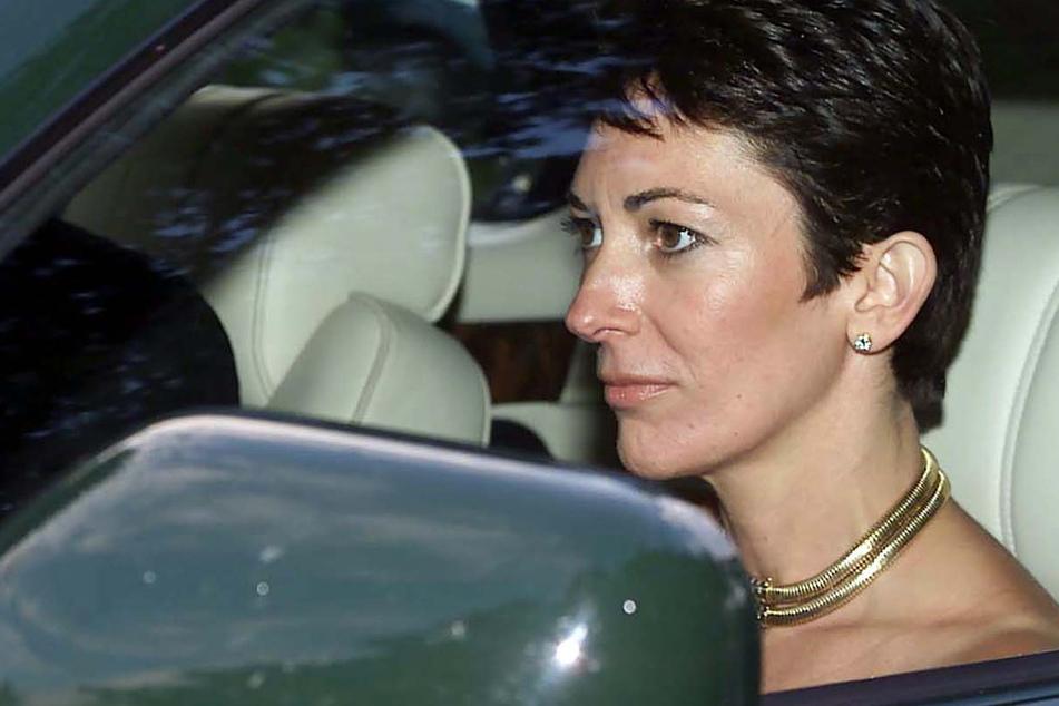 Ghislaine Maxwell (58) ist die Tochter des verstorbenen britischen Verlegers R. Maxwell. Die frühere Partnerin von Jeffrey Epstein (†66), dem Sexualverbrechen vorgeworfen wurden und der sich dann im Gefängnis umbrachte, befindet sich derzeit in den USA in Haft.