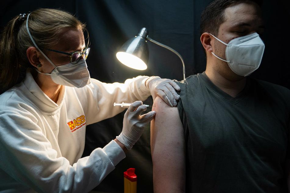Nicht ohne Risiko: Bei der Covid-19-Impfung gab es in Deutschland bislang 106.835 Meldungen über Nebenwirkungen und Komplikationen.