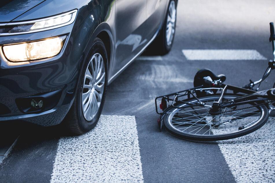 Auf falscher Straßenseite unterwegs? Radfahrerin bei Unfall schwer verletzt