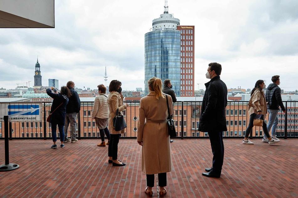 Besucher stehen auf der Plaza der Elbphilharmonie.