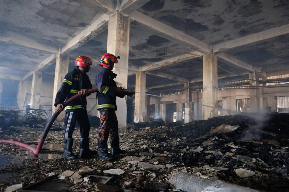 Die Einsatzkräfte kämpften mehr als 20 Stunden gegen den Brand.