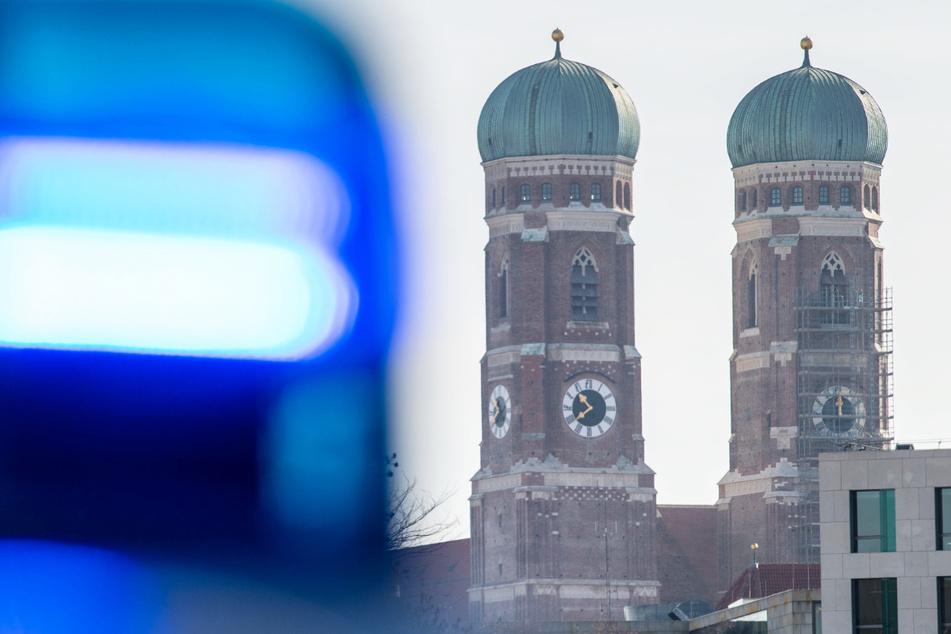 München: Schlimme Tat in München! Frau in eigener Wohnung attackiert, Täter ist auf der Flucht