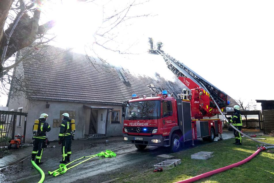 Der Brand griff auf den Dachstuhl des Hauses über.