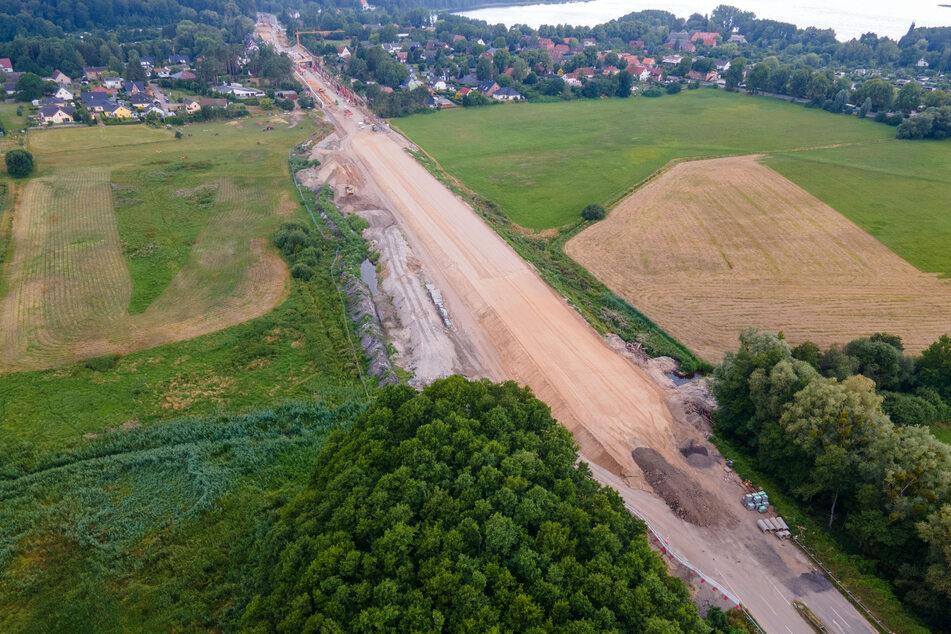Die Umweltorganisation BUND kritisiert Baumaßnahmen, wie hier am Schweriner See, bei denen das Randmoor abgetrennt wird.