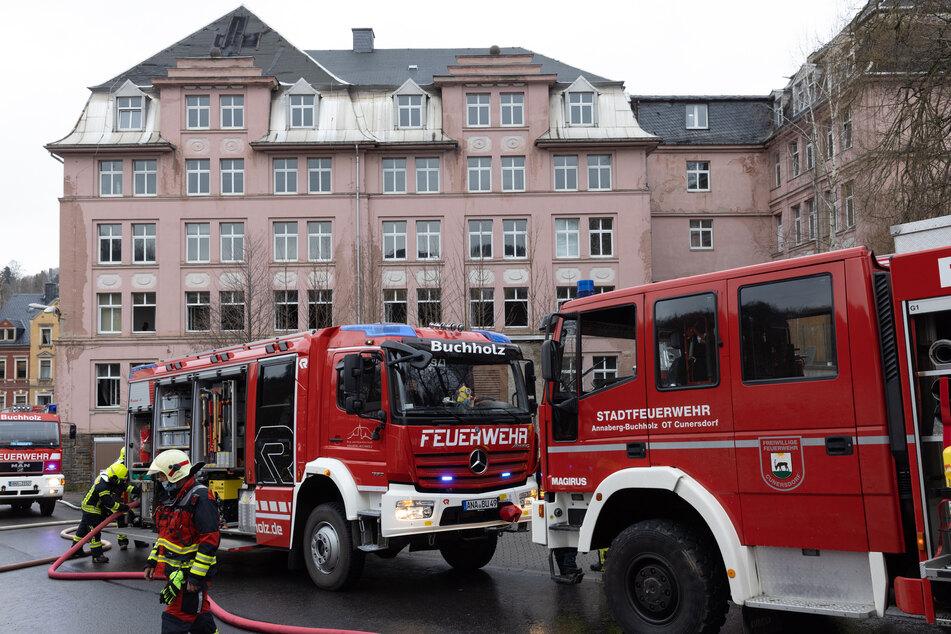 Feuerwehreinsatz in Annaberg-Buchholz am Sonntagnachmittag: Im Erdgeschoss einer alten Fabrik brach ein Feuer aus.