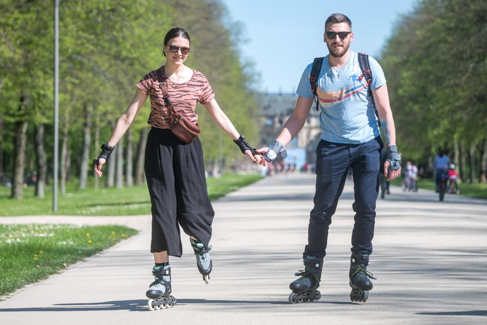 Jaroslaw (30) und Katharina (29) skateten im Großen Garten.