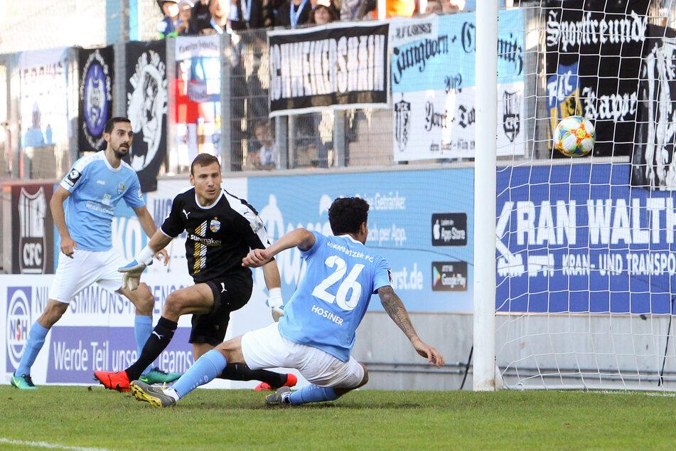 Philipp Hosiner (Nr. 26) trifft im Hinspiel im September 2019 gegen den FC Carl Zeiss Jena zum 3:2, der erste Saisonsieg für die Himmelblauen war perfekt.