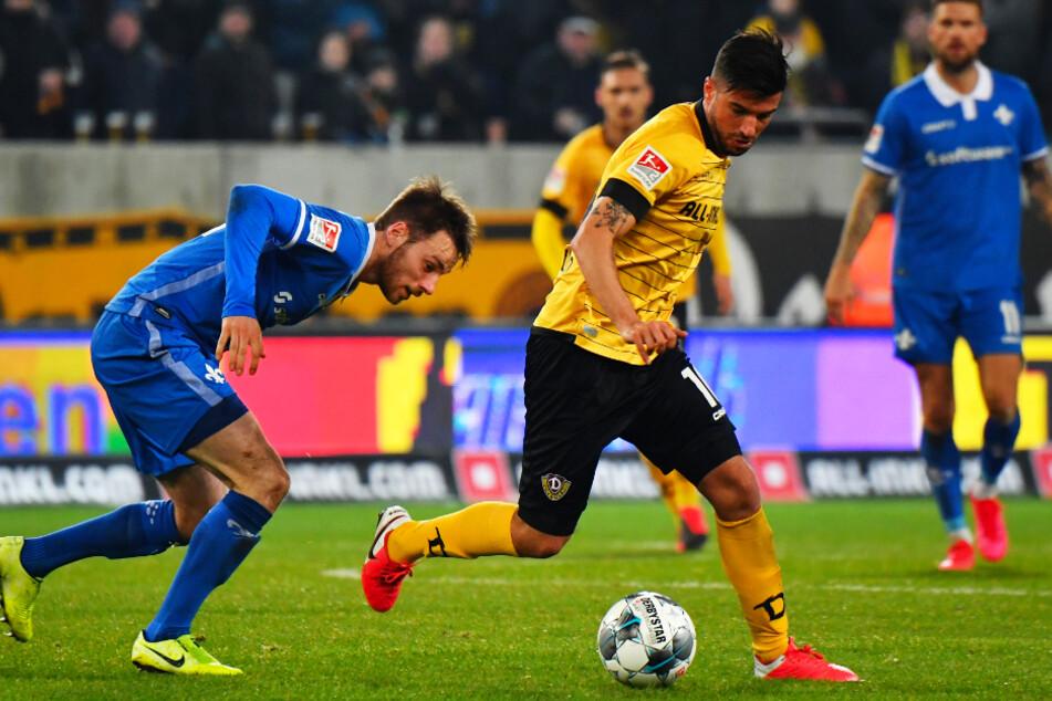 Marco Terrazzino (r.) vor dem Darmstädter Matthias Bader am Ball.