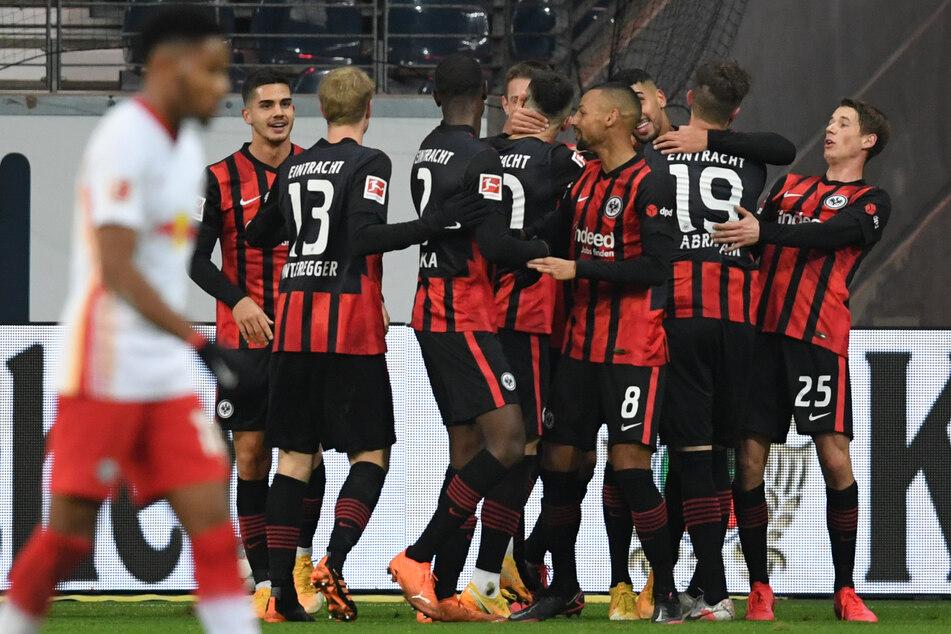 Die Kicker der Eintracht bejubeln den Treffer zum 1:0 gegen RB Leipzig durch Aymen Barkok (3.v.r.).