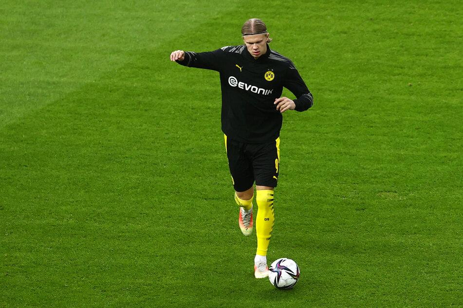 Erling Haaland (20) wärmt sich vor dem Spiel im Berliner Olympiastadion auf. Der norwegische Sturmbulle steht in der Startaufstellung von Borussia Dortmund.
