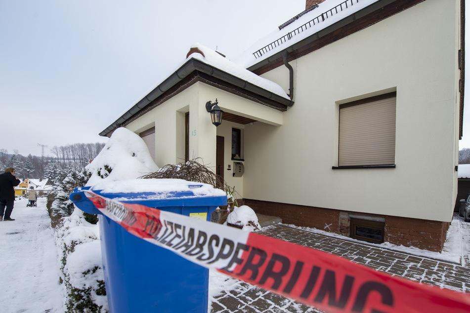 Polizei-Absperrung vor der Einfahrt: Im Garten dieses Hauses starb ein Rentner (69). Zuvor hatte dieser mit der Schrotflinte seinen Nachbarn (58) getötet.