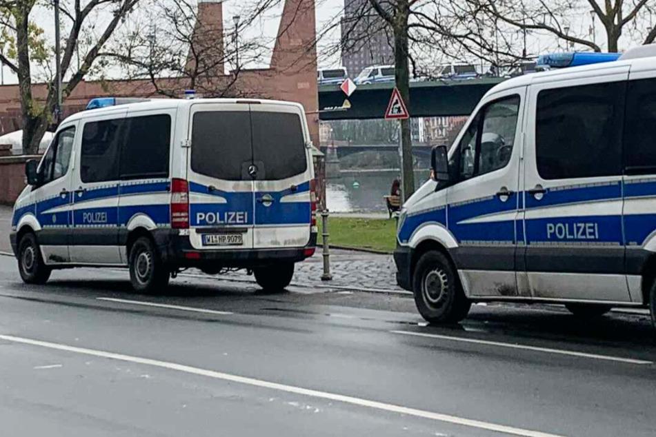 Auch am Mainufer in der Frankfurter Innenstadt ist die Polizei mit zahlreichen Einsatzkräften präsent.