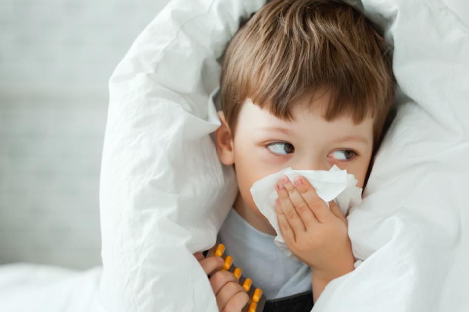 Zeigen Kinder Erkältungssymtome, sollte ein Corona-Test gemacht werden. (Symbolbild)