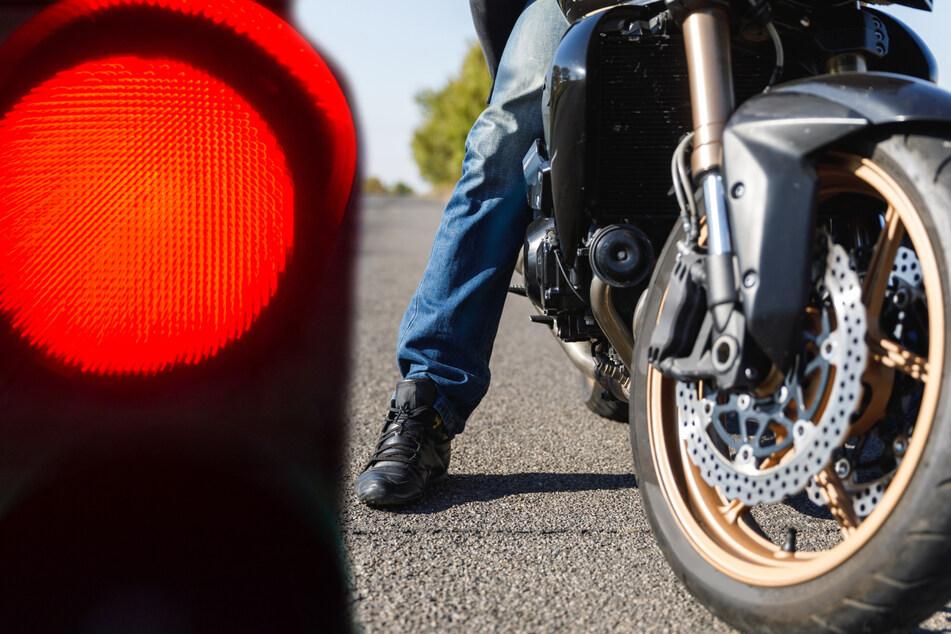 Der Motorradfahrer flüchtete über eine rote Ampel. (Symbolbild)