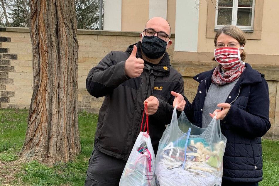 Tagelang nähten die Menschen in Dresden Mund-Masken selbst, gesammelt wurden sie vom Staatsschauspiel. Am Freitag leiteten die Mitarbeiter die Masken an die Städtischen Kliniken weiter.