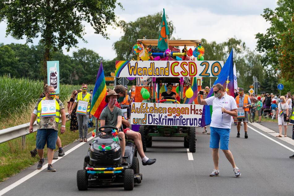"""Die Parade zum Christopher Street Day (CSD) zieht unter dem Motto """"Aufstehen gegen Hass und Diskriminierung!"""" durch das Wendland."""