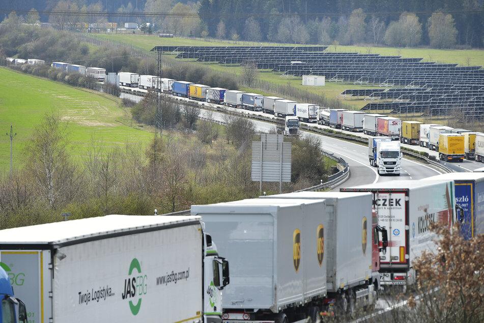 Lastwagen stehen in einem kilometerlangen Stau auf der Autobahn D5 vor dem Grenzübergang von Rozvadov in der Region Tachov.