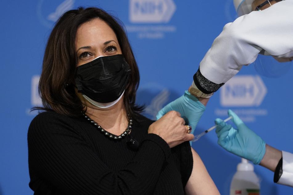 Die Impfungen laufen in den USA erfolgreich an. Auch US-Vizepräsidentin Kamala Harris erhielt bereits ihre zweite Impfdosis.