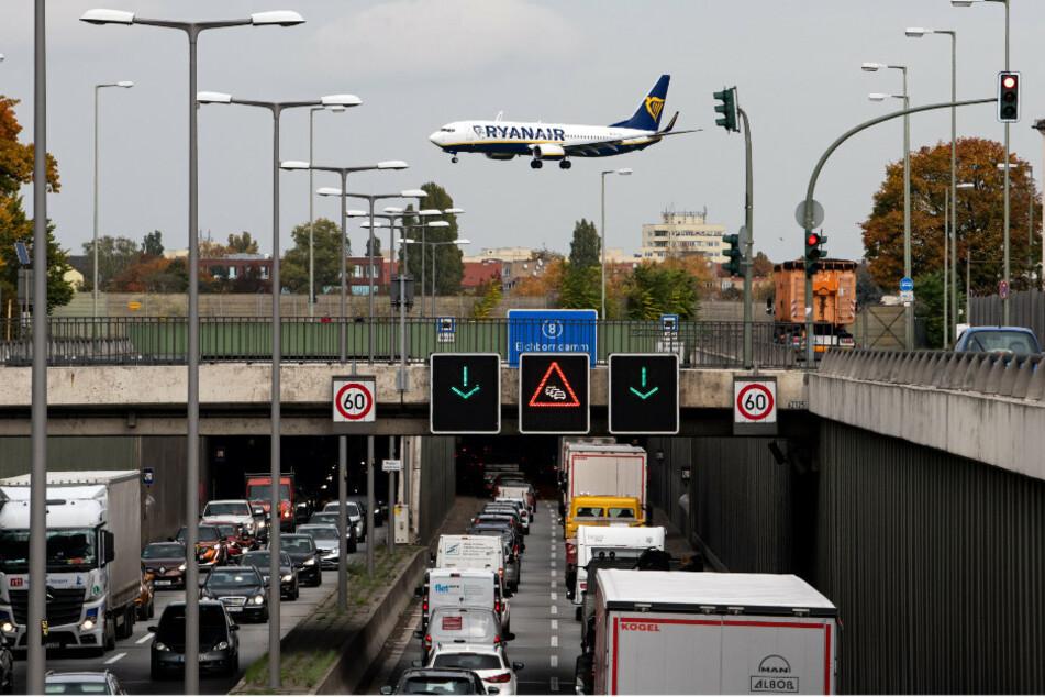 Ein Flugzeug der Fluggesellschaft Ryanair landet auf dem Flughafen Tegel.