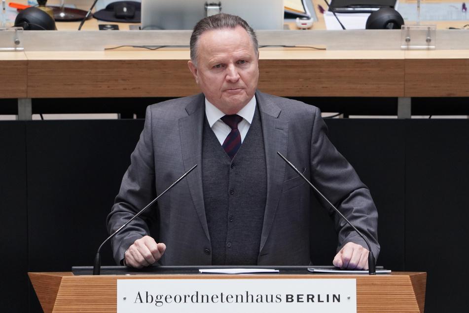 """AfD-Fraktionschef Georg Pazderski (69) spricht von """"menschenverachtendem politischen Selbstverständnis""""."""