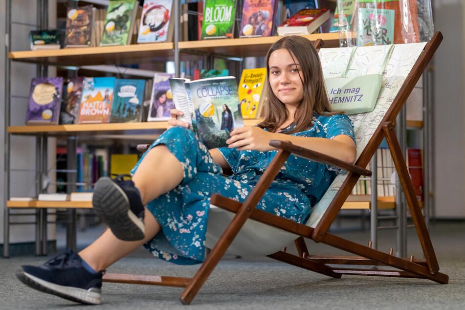 Carla Budig (19) hat es sich mit einem Buch im Liegestuhl bequem gemacht.