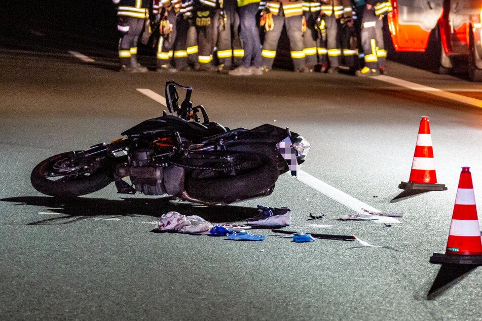 Der 17-Jährige versuchte nach seinem Sturz, die Fahrbahn zu überqueren, um zum Seitenstreifen zu gelangen. Dabei wurde er erfasst.