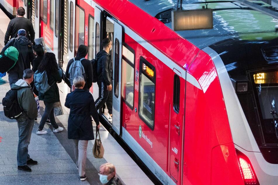 Während die A7 voll gesperrt ist, kommt es im S-Bahn-Verkehr durch den Lokführerstreik zu Behinderungen. (Symbolbild)