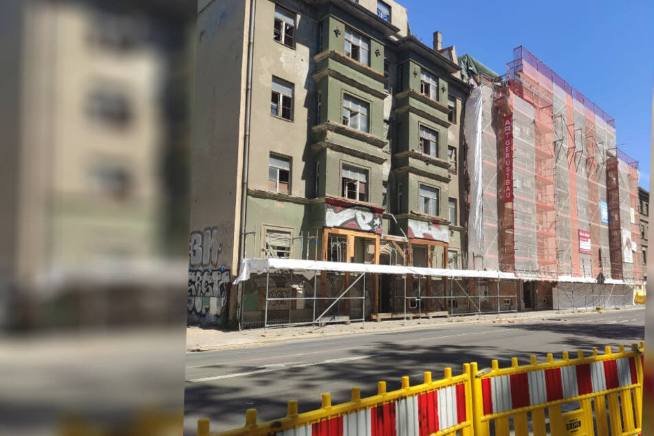 Links im Bild zu sehen: Das Gebäude, von dem in der vergangenen Nacht Dachteile herabgestürzt waren.