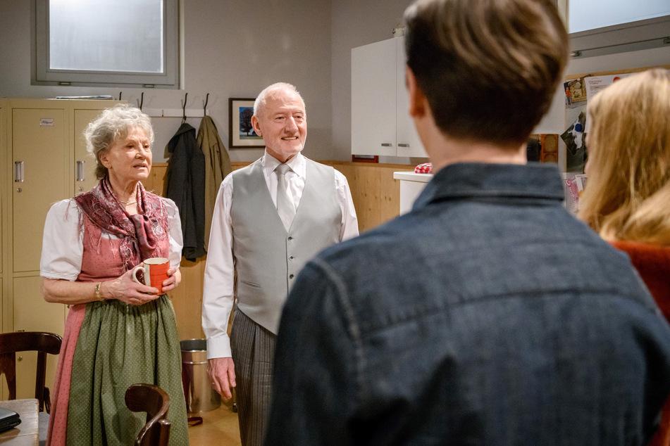 """Lucy und Joell erzählen den alten Hasen im """"Sturm der Liebe"""" Hildegard und Alfons Sonnbichler von ihrer Abreise nach London."""