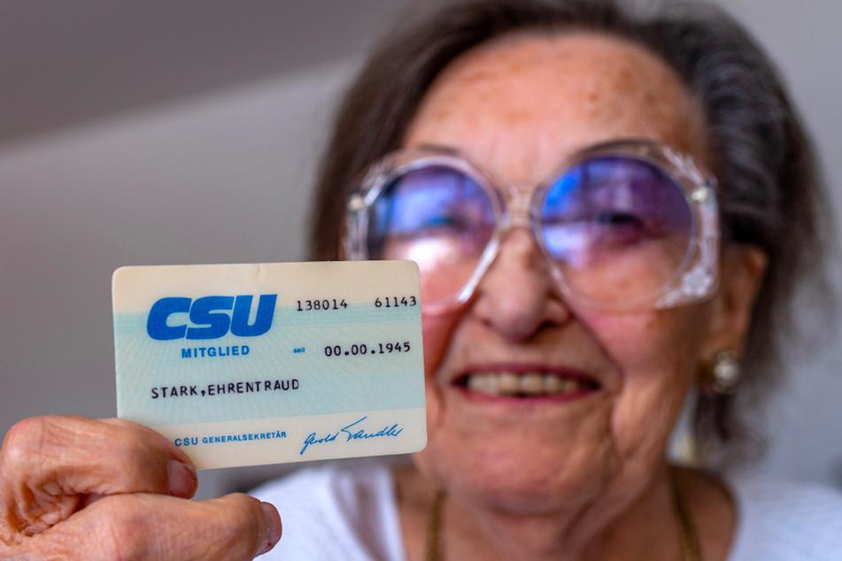 """Erentrud Stark hält ihren Mitgliedsausweis der CSU in der Hand, auf dem ihr Vorname falsch mit """"Ehrentraud"""" geschrieben steht. Stark ist seit 1945, dem Gründungsjahr der CSU, Mitglied in der Partei."""