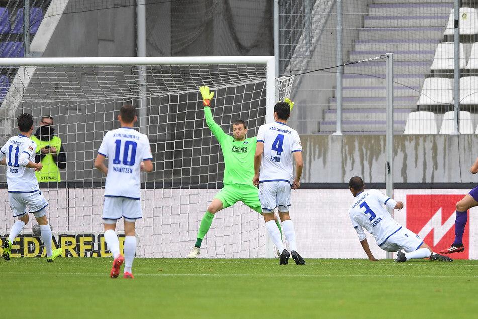 30. Spieltag der 2. Liga, das Tor zum Klassenverbleib des FCE! Florian Krüger (r.) überwindet den Karlsruher Schlussmann Benjamin Uphoff zum 1:0-Siegtreffer für Aue.