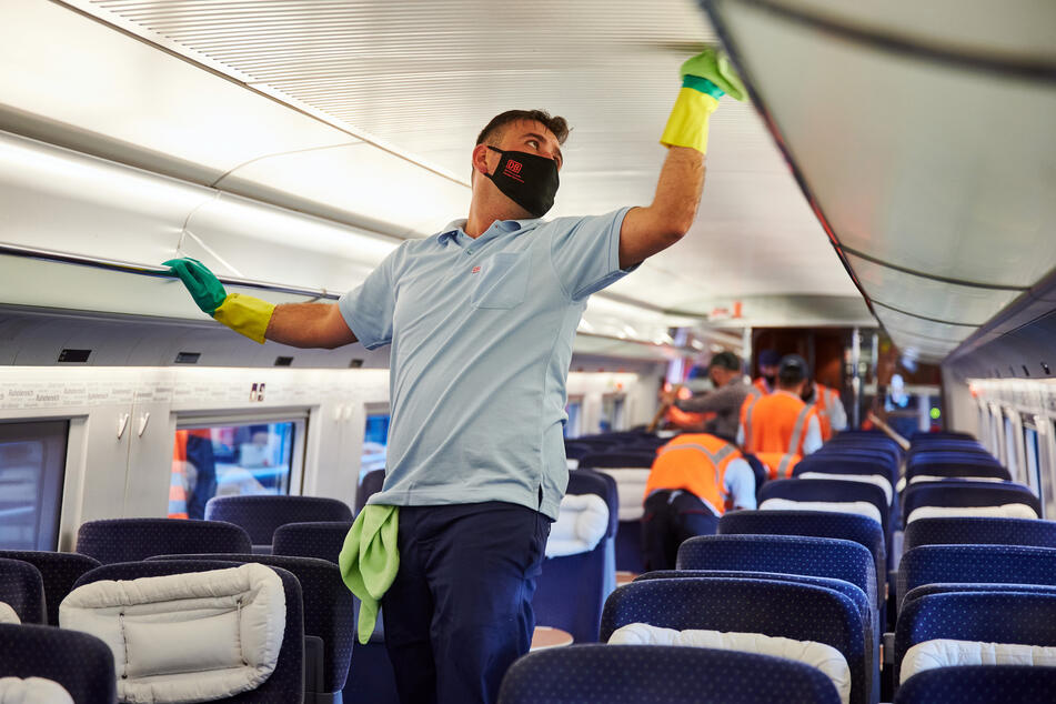 Ein Mitarbeiter des DB-Fernverkehrswerk Dortmund reinigt mit Mundschutz und Gummihandschuhen einen ICE
