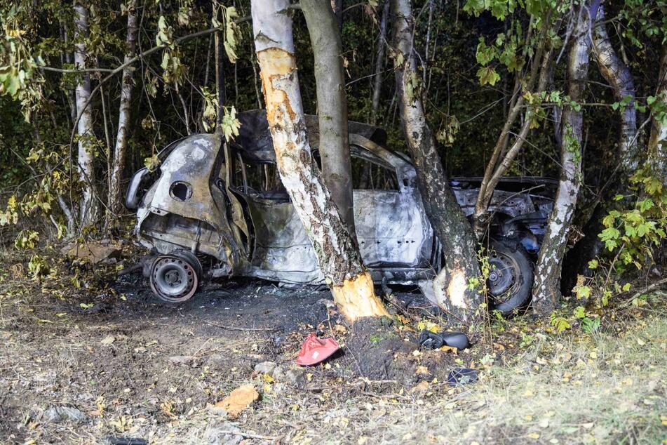Der Fahrer verbrannte in seinem Auto.